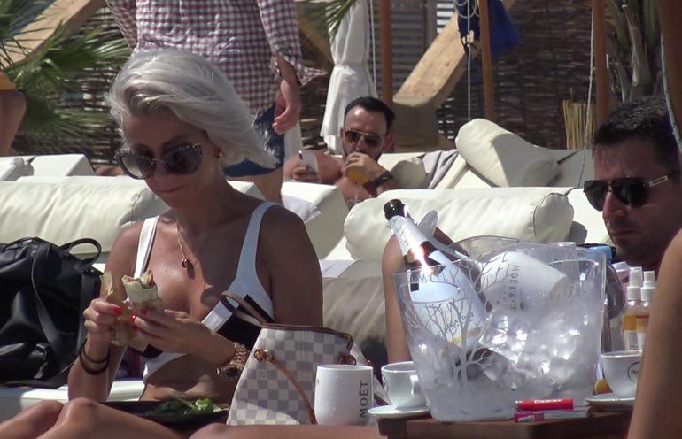 Circ pe plaja cu Raluca de la Bambi! Ce a facut artista de-a lungul unui weekend de pomina | Video exclusiv
