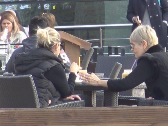 """Imaginile tristeţii! Lorena Balaci şi mama ei au ieşit pentru prima dată în oraş după moartea """"Minunii Blonde""""! Femeile au fumat ţigară după ţigară VIDEO  EXCLUSIV"""