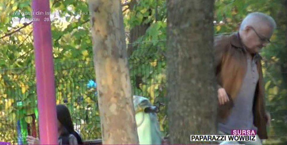 Imagini haioase cu Irinel Columbeanu! A ieşit la plimbare prin parc cu iubita tinerică şi s-a împiedicat!