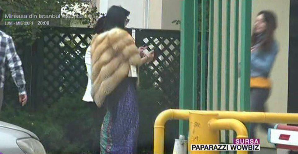 Cât de mult a slăbit Ozana Barabancea! Îşi face cumpărăturile în stradă, pe trotuar! Imagini paparazzi