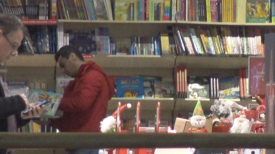 Mircea Badea, interceptat în librărie! Prezentatorul tv i-a cumpărat cărţi lui Vlăduţ VIDEO PAPARAZZI