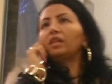 Scene incredibile cu Narcisa Guţă la mall! De faţă cu fiul Alberto, Narcisa a început să plângă după o discuţie aprinsă la telefon VIDEO PAPARAZZI
