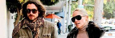 Sharon Stone si-a innebunit iubitul dupa ce a iesit cu sfarcurile la vedere prin oras! Vezi cat de bine arata la 54 de ani!