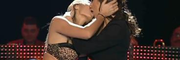 """Roxana Ionescu a transformat """"Dansez pentru tine"""" in film porno cu scene lesbi si de orgie! S-a frecat doar in chiloti tanga de patru barbati si si-a sarutat cu limba coregrafa!"""