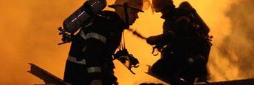 Incendiu puternic la un service auto. Sapte tuburi cu oxigen au explodat