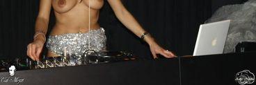 DJ Harra a facut ce a stiut mai bine: s-a dezbracat si a mixat goala intr-un club de fite - Sergiu Barboni a admirat-o din public