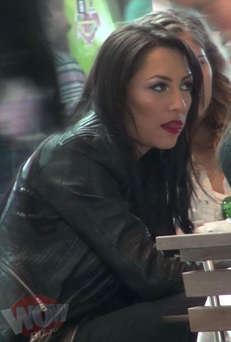 Cat de sexy e Andra chiar si atunci cand iese doar cu fetele in oras! Uite ce miscari face cu limba! Barbatii de la mesele vecine n-au scapat-o din ochi!