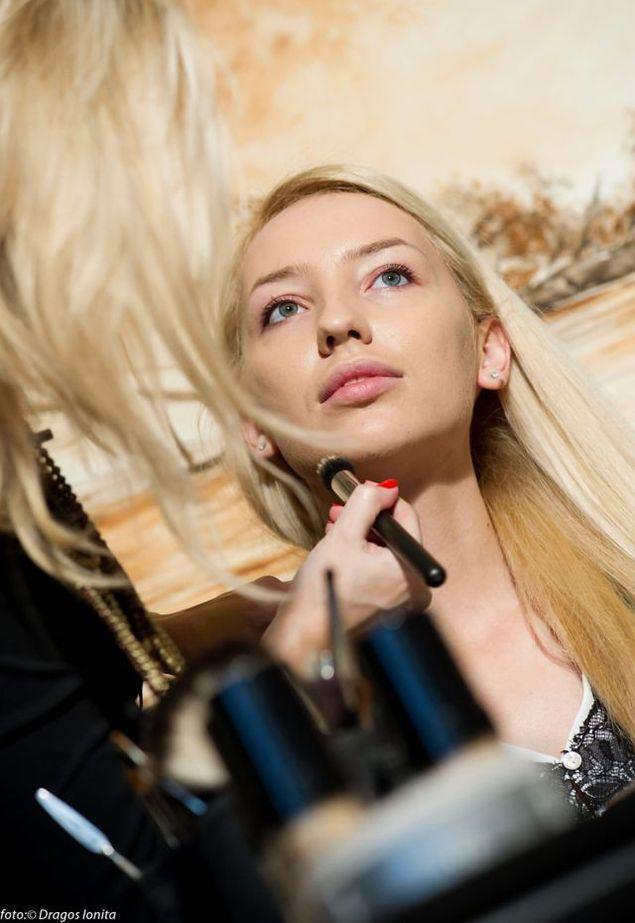 Lectie De Machiaj Cu O Superba Blonda Vara Asta Se Poarta Ochii In