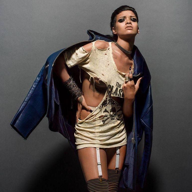 Sedinta foto punk-hot! Rihanna a realizat un pictorial sexy cu sanii la vedere - Imagini fierbinti!