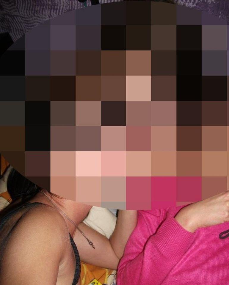 Adolescentele astea trei au bagat Facebook-ul in boala cu fotografia asta! S-au pozat ca starurile de filme pentru adulti! Toti colegii lor de clasa le-au dat LIKE!