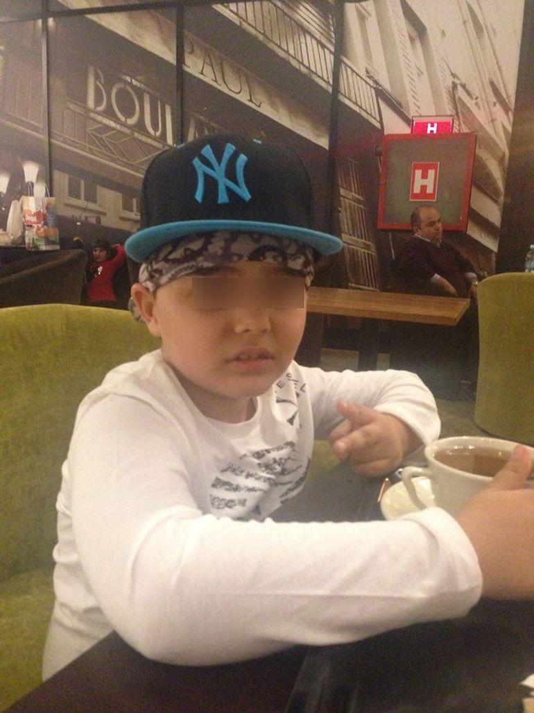 Foto de foto! La doar 7 ani, fiul lui Nicolae Guta pozeaza precum cei mai mari smecheri de cartier! Alberto, baiatul manelistului, se rupe in figuri de zici ca-i Eminem!