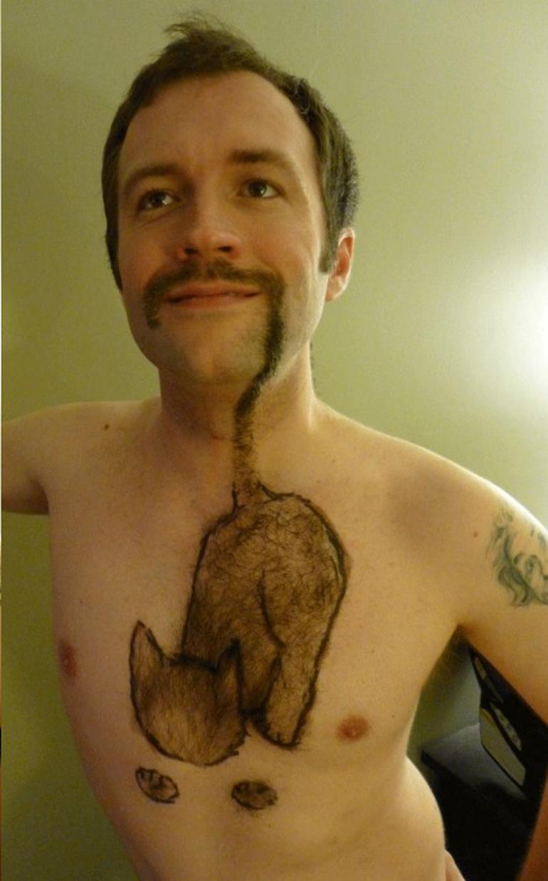 Hal de look! Uite ce 'tatuaj' si-a tras cocalarul asta pe piept - Toate femeile fug de el
