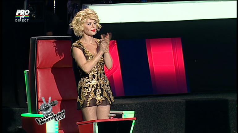 Loredana Groza s-a imbracat cu o rochie transparenta prin care i se vede lenjeria intima la TV! Si uite ce dubios este sclipiciul de pe pieptul ei