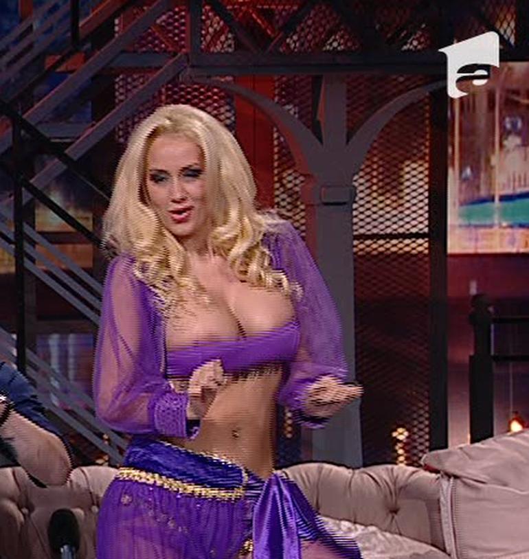 Simona Trasca a facut show in direct! Blonda si-a etalat noile silicoane si sfarcurile care i-au iesit din sutienul MINUSCUL care nu prea a acoperit nimic