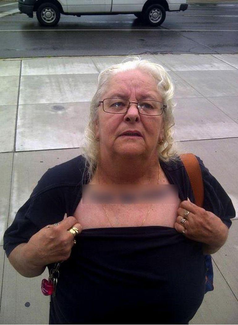 Hal de bunica! Uite ce tatuaj are batrana asta pe piept - Oare nepotii ei ce zic cand o vad asa?