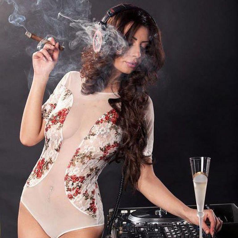 VIDEO   Uite-o pe DJ Harra pentru prima data pe scena in calitate de cantareata si nu de DJ-ita! Intra sa vezi cum canta!
