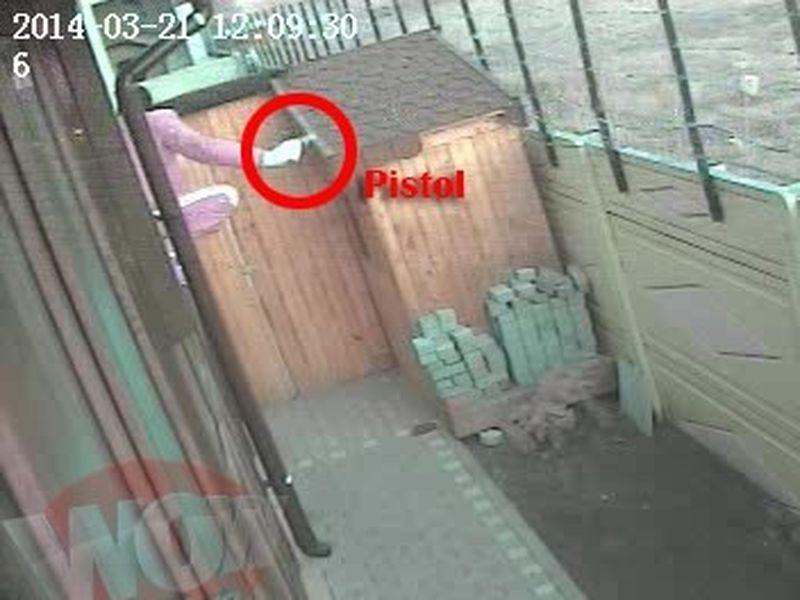 Spargatorul are in mana un pistol! Din grupul de cinci infractori, alti doi erau inarmati!