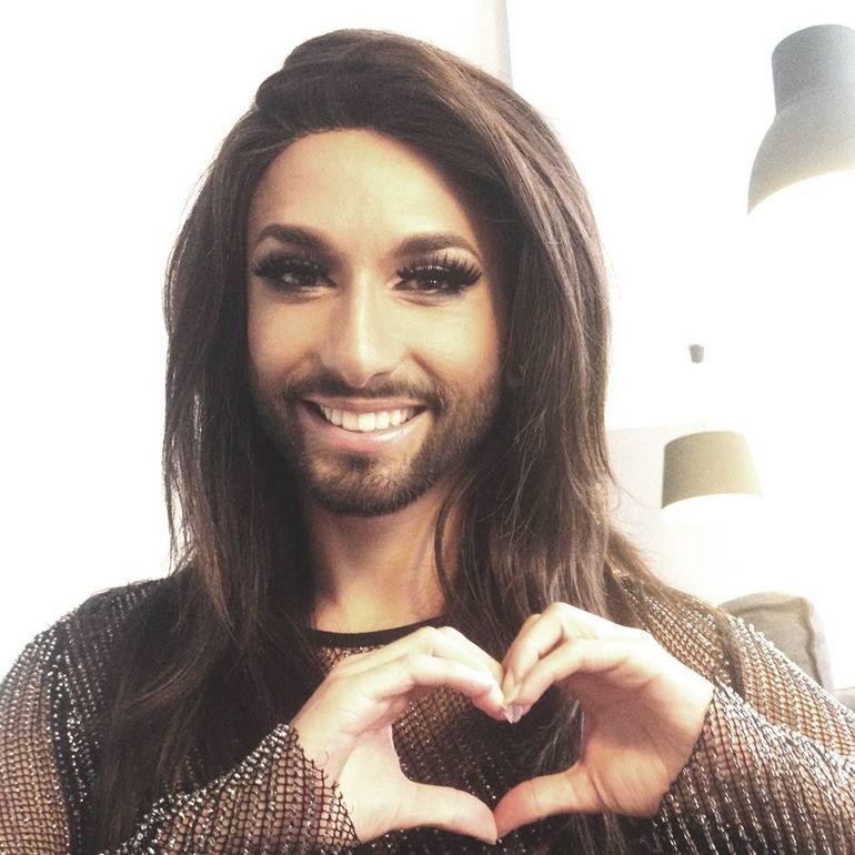 Asa nu ai vazut-o niciodata pe Conchita Wurst! Uite-o pe castigatoarea Eurovision cu sanii si abdomenul la vedere