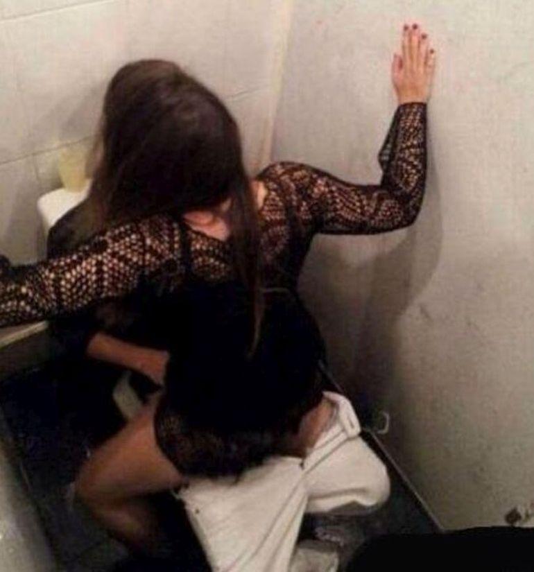 Interzis minorilor! Uite cum au fost surprinsi doi tineri in toaleta unui club din Centrul Vechi!