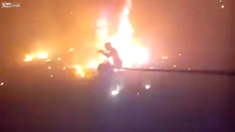 Incident groaznic la un festival! Un barbat a suferit arsuri grave pe corp de la artificii! Uite-l cum se zvarcoleste in chinuri in timp ce pompierii il