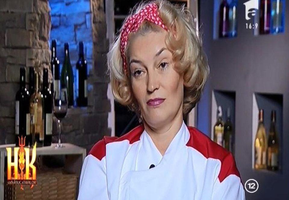 Dumnezeule mare, Angi de la Hell's Kitchen nu are nicio rusine! Uite ce decolteu nesimtit, pana la buric, a purtat!