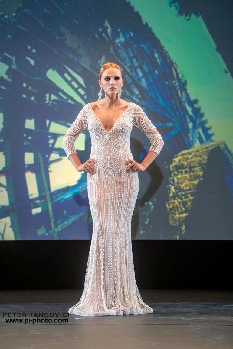 FOTO! Asa arata rochia cu aur si diamante purtata de Elena Hueanu!
