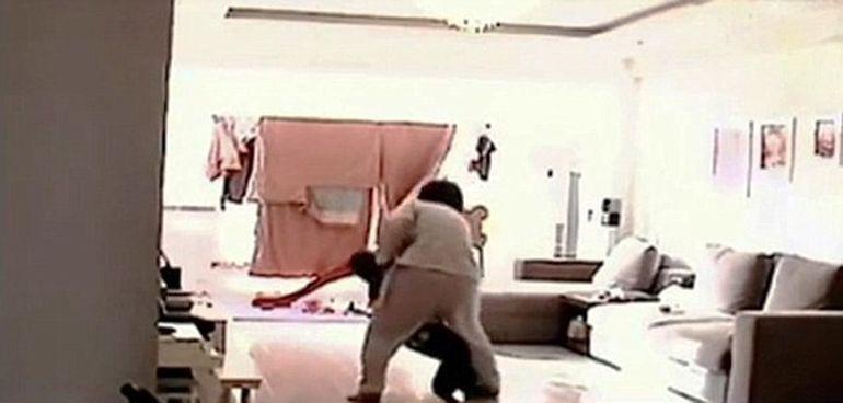 VIDEO SOCANT! Si-au lasat copilul in grija ei, iar cand s-au intors acasa baiatul plangea si tremura de frica! Uite ce ii facuse nebuna asta pustiului de doar cinci ani pentru ca el refuzase sa manance!