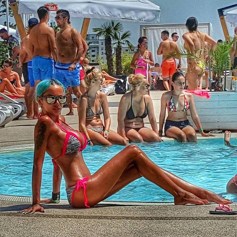 FOTO & VIDEO! Credeai ca Loredana Chivu e sexy?! Verisoara ei si-a bagat silicon in fund si acum ii face concurenta! Uite cum da Alina din posteriorul de brazilianca! Deja Antena 1 o cauta ca s-o inlocuiasca pe blonda?