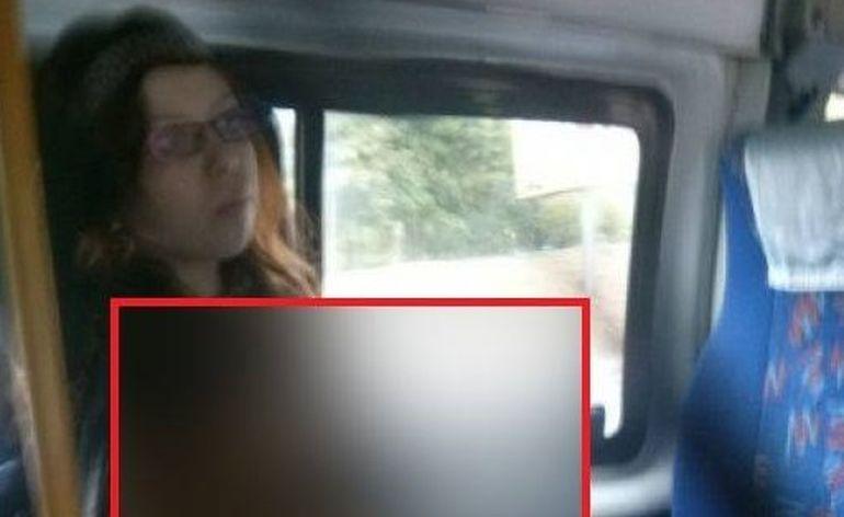 Dumnezeule mare! Uite cum s-a suit moldoveanca asta maxi-taxi! Omul de langa ea n-a rezistat si a scos telefonul! E rusinos ce vezi aici!