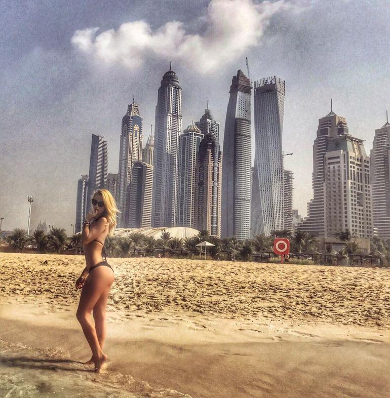 FOTO! Cea mai sexy milionara din Romania a dat frigul de la noi pe plajele din Dubai! Lexy e