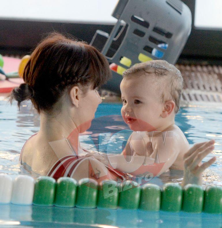 VIDEO EXCLUSIV! La un an de cand a nascut, Roxana Schwartz arata senzational in costum de baie! Timp de o ora s-a jucat cu bebelusul ei la piscina, iar noi avem imaginile!