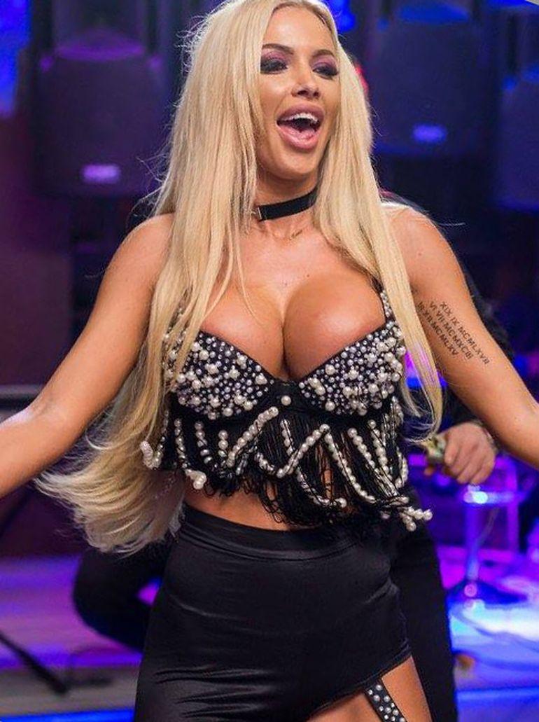 """Loredana Chivu si-a """"sugrumat"""" silicoanele de mai ca-i pocnea sutienul! Blonda a aratat mai mult decat trebuia! FOTO!"""