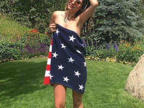 """Fiica lui Mircea Geoana a pozat goala, acoperita doar de steagul Americii! Admiratorii au fost incantati: """"Esti fierbinte, esti ireala!"""" FOTO"""