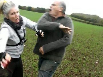 O femeie, batuta cu salbaticie de catre un barbat aflat la vanatoare! Omul o loveste fara mila, chiar daca stie ca este filmat - Incidentul socant a fost surprins secunda cu secunda
