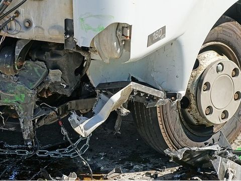 Terifiant! Un sofer a fost strivit sub roata propriului camion dupa ce a pierdut controlul volanului si a plonjat prin parbriz