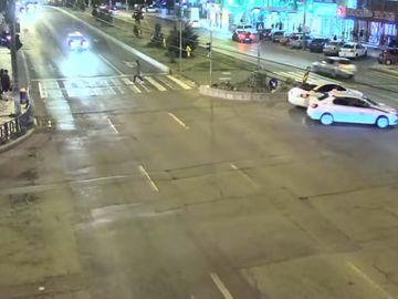 Spulberata de pe trecerea de pietoni de un taxi! Camerele de supraveghere au surprins imaginile socante petrecute la Galati