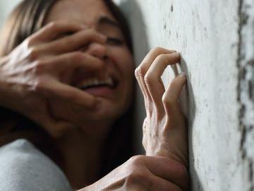 Fetita de 11 ani, violata de 22 de barbati! Agresorii, cu varste intre 23 si 66 de ani, au filmat abuzul sexual si au amenintat-o pe minora