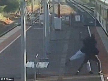 Video socant! Un tanar se lupta sa-si arunce prietena in fata trenului! Atentie, imagini care va pot afecta emotional