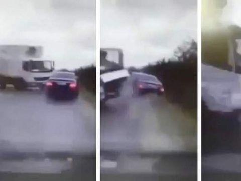 VIDEO care va poate afecta emotional! Momentul impactului dintre masina prezidentiala a lui Igor Dodon si camionul care a intrat pe contrasens