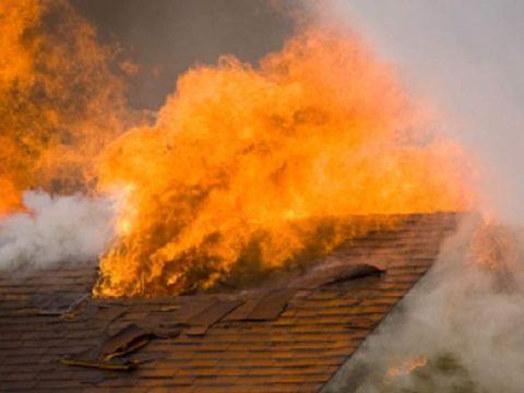 Copil ars de viu intr-un incendiu la Buzau! Tavanul s-a prabusit peste trupul micutului