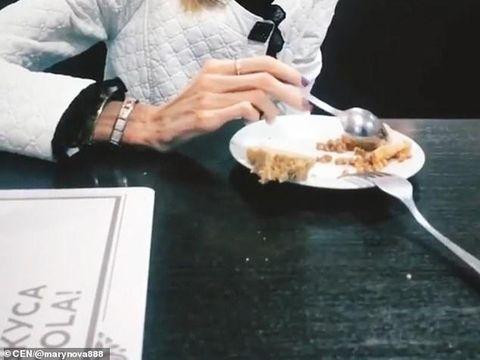 Revoltator! O tanara anorexica a mers la medic sperand sa primeasca ajutor, dar medicul a facut misto de ea. I-a spus ca ar trebui sa joace intr-un fim de groaza