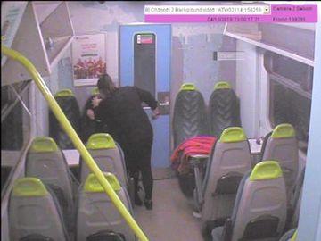 """Îngrozitor! După 17 ani în închisoare, a ieşit şi şi-a înjunghiat prietena în faţă, în tren ţipând: """"Du-te la somn, fetiţo"""""""