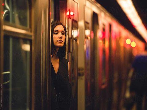 """Sex cu un străin: poveştile unor femei care şi-au îndeplinit fantezia de a trăi o noapte de pasiune cu un necunoscut: """"M-am ameţit repede cu nişte vin roşu şi încercam să joc darts când în faţa mea a apărut un frumuşel... """""""
