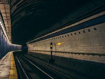 Noi detalii despre cadavrul găsit joi seara, între două staţii de metrou din Bucureşti