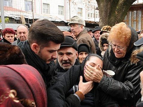 Soţia lui Romeo Tălmaciu, devastată de durere la înmormântarea artistului!