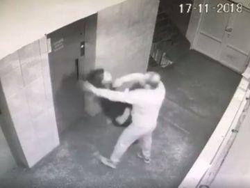 Imagini ŞOCANTE! O tânără de 20 de ani, bătută şi tâlhărită în scara blocului! Şi-a pierdut cunoştinţa şi acuză pierderi de memorie