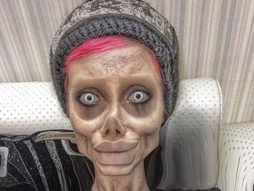 Are 20 de ani, a făcut operaţii estetice, dar oamenii îi spun că s-a mutilat pe viaţă! Cum arată în realitate tânăra care a devenit o spaimă pe internet