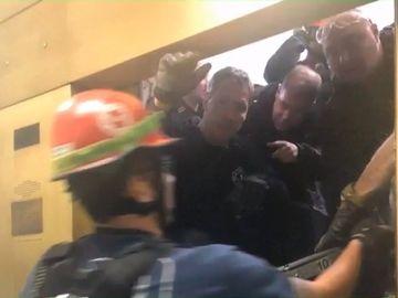 Terifiant! Un lift în care se aflau 6 persoane a căzut în gol 84 de etaje. E incredibil ce s-a întâmplat apoi. În lift se afla şi o gravidă