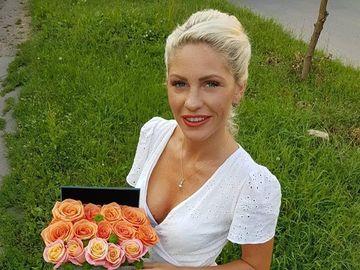 """Care este afacerea secretă a lui Hannelore de la """"Insulă""""! Blonda şi soţul ei deţin o florărie în Timişoara, iar ea se ocupă de administrarea afacerii şi de designul aranjamentelor florale!"""