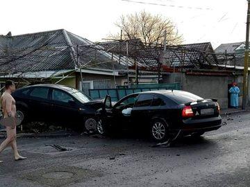 Un bărbat din Constanţa a lovit o maşină parcată. Când poliţiştii au ajuns în zonă, l-au găsit complet dezbrăcat